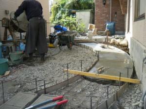 アプローチ石下地コンクリート打設